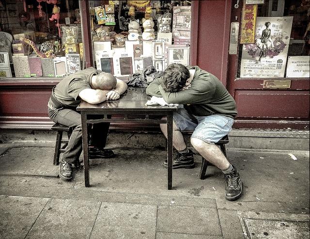 spánek na stole