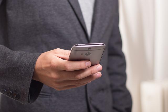 muž s telefonem v ruce