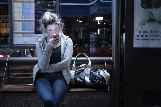 dívka na zastávce