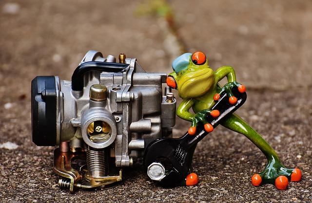 žabák opravující motor