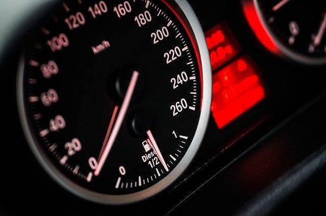 tachometr v automobilu