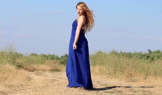 dlouhé modré splývavé šaty