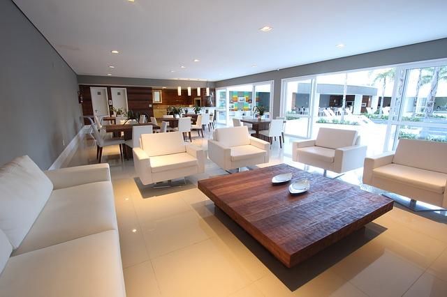moderní interiér, bílá sedačka, křesílka