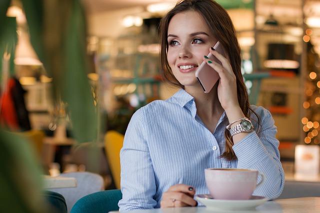 žena v kavárně
