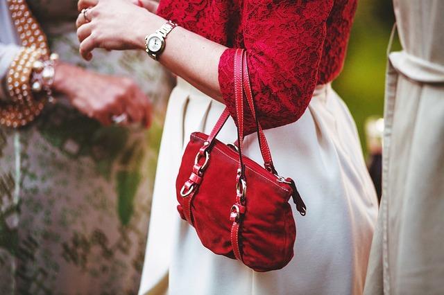 žena s kabelkou na předloktí.jpg