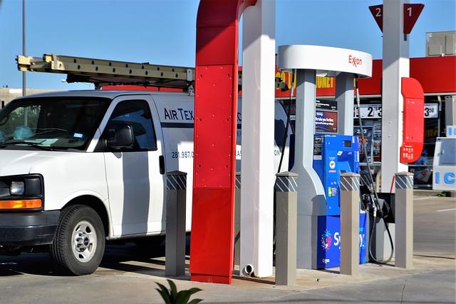 dodávka na benzínce.jpg