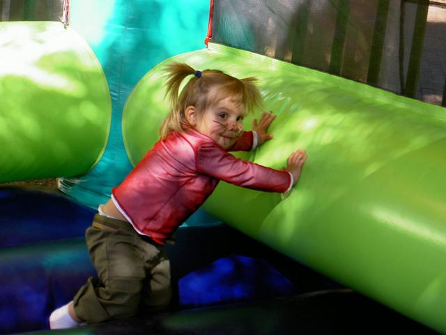 dítě na skákací atrakci