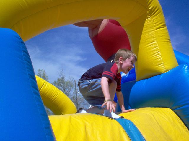 chlapec v zábavním parku