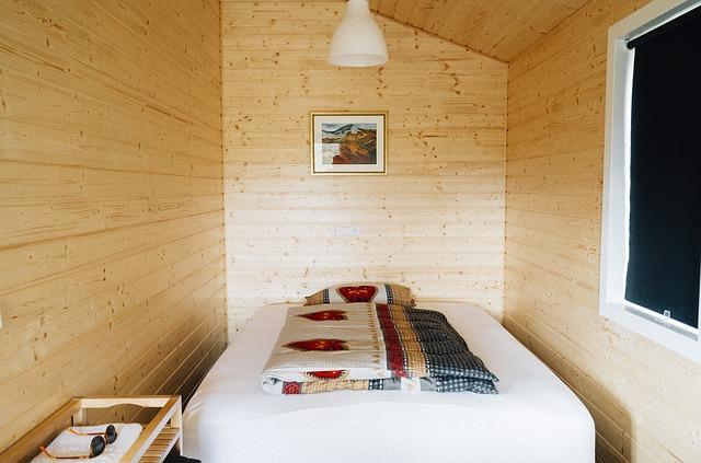 Postel mezi dřevěnými zdmi