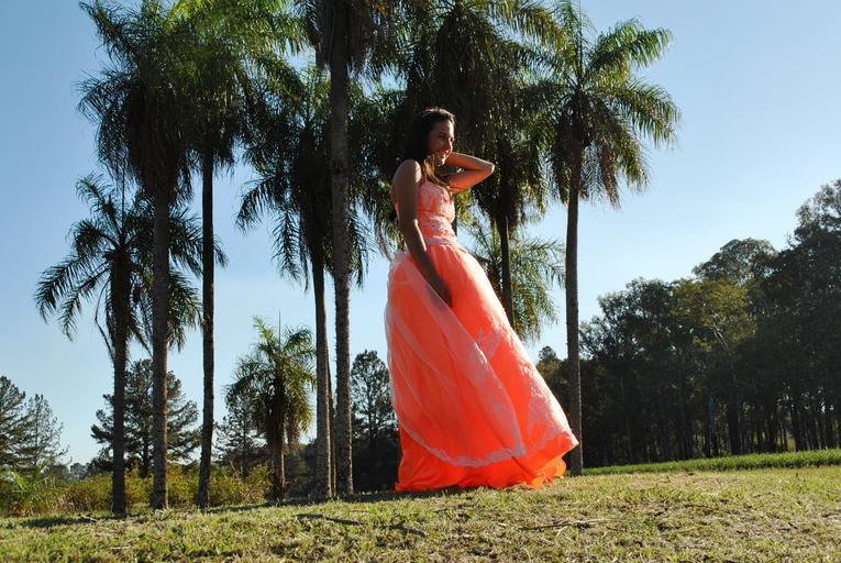 meruňkové plesové šaty