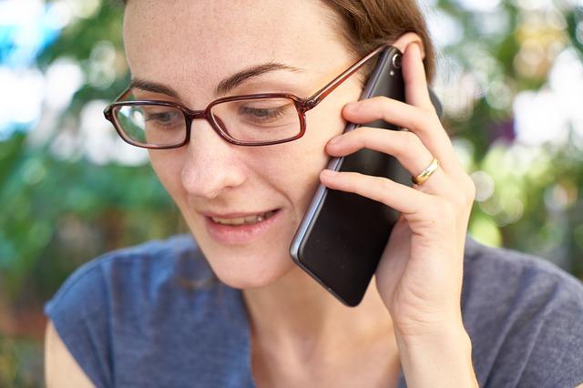 telefonující žena