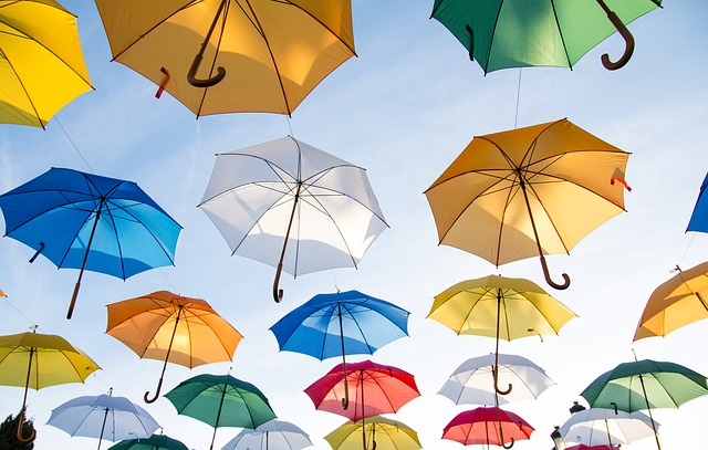 visící barevné deštníky