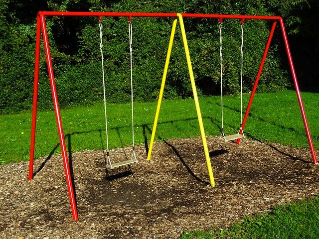 houpačky na dětském hřišti.jpg
