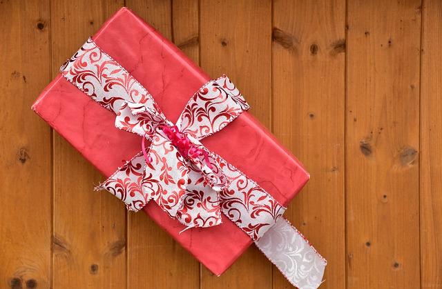 Balíček převázaný mašlí-dárek