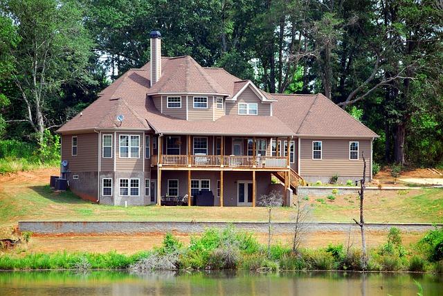 dřevěné zábradlí propojené schody i balkon na rodinném domě