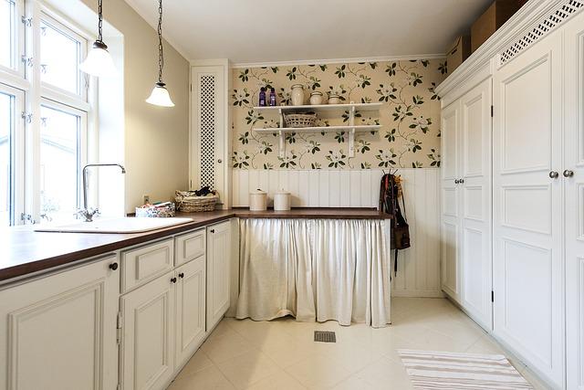kuchyně s bílým nábytkem