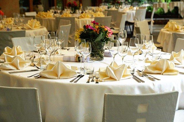 Slavnostně prostřené stoly