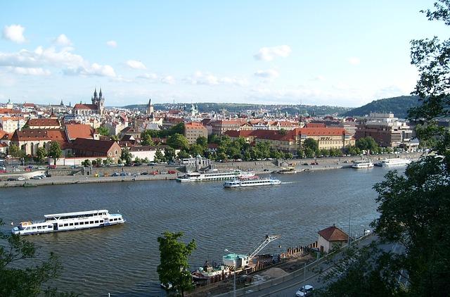 panorama Prahy s Vltavou.jpg