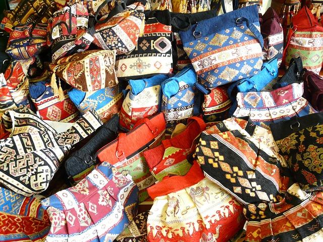 hromada nejrůznějších kabelek